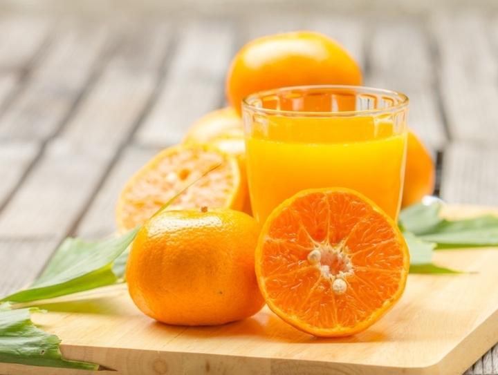 Como sacar manchas de naranja en la ropa