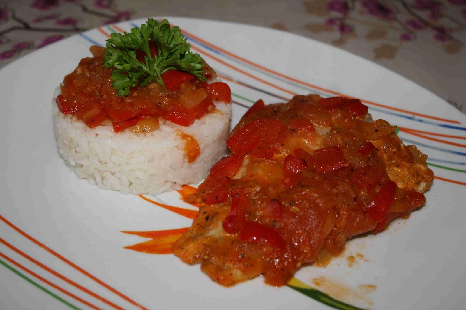 Pescado en salsa roja