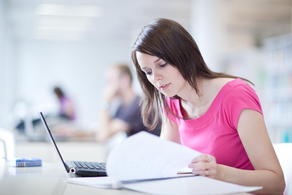 Chica estudiando por internet