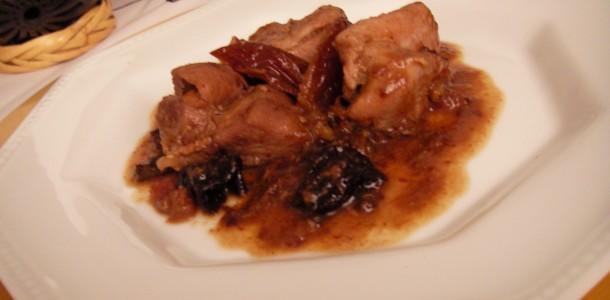 Pollo en salsa de datiles