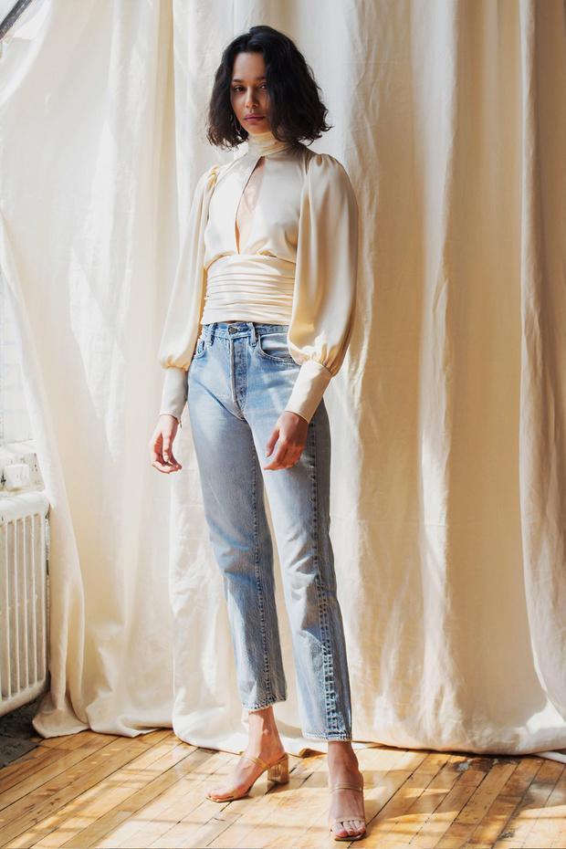 blusa, jeans y sandalias