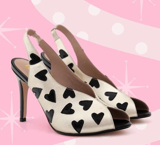 zapatos con diseños de corazón