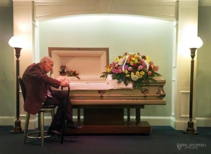 Viral: anciano le profesa amor eterno a su esposa fallecida