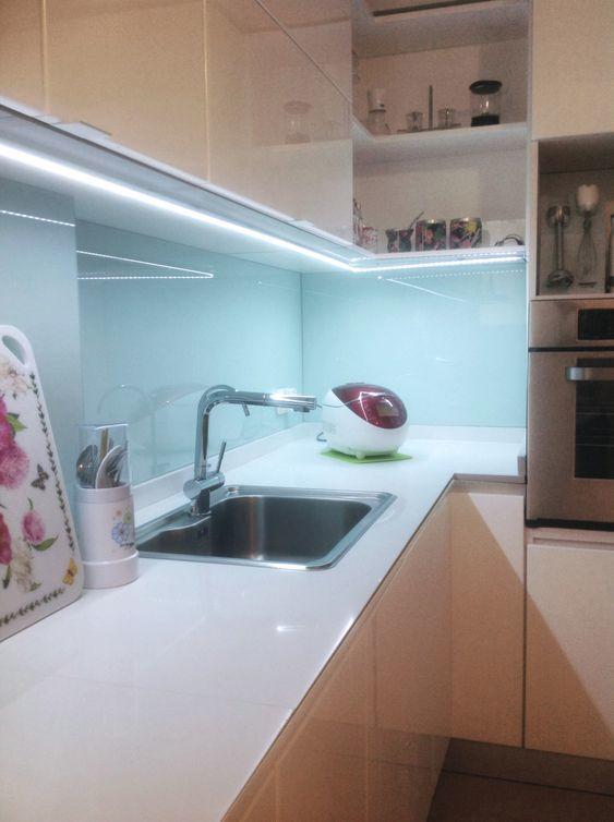 Cocina iluminada por luz led en cinta.