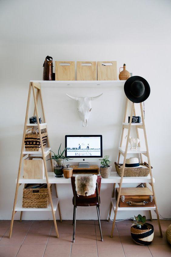 Escalera usada como soporte y escritorio