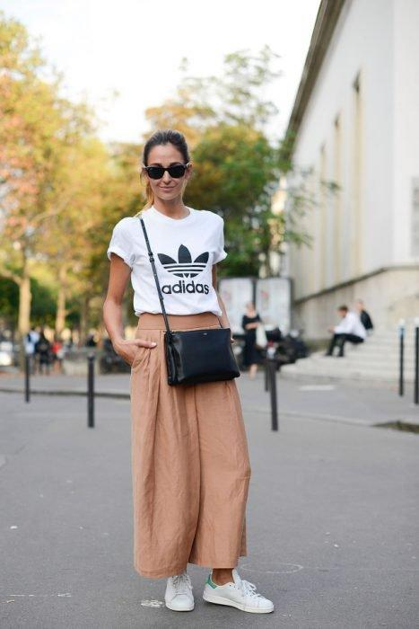 Look pantalones anchos y zapatillas