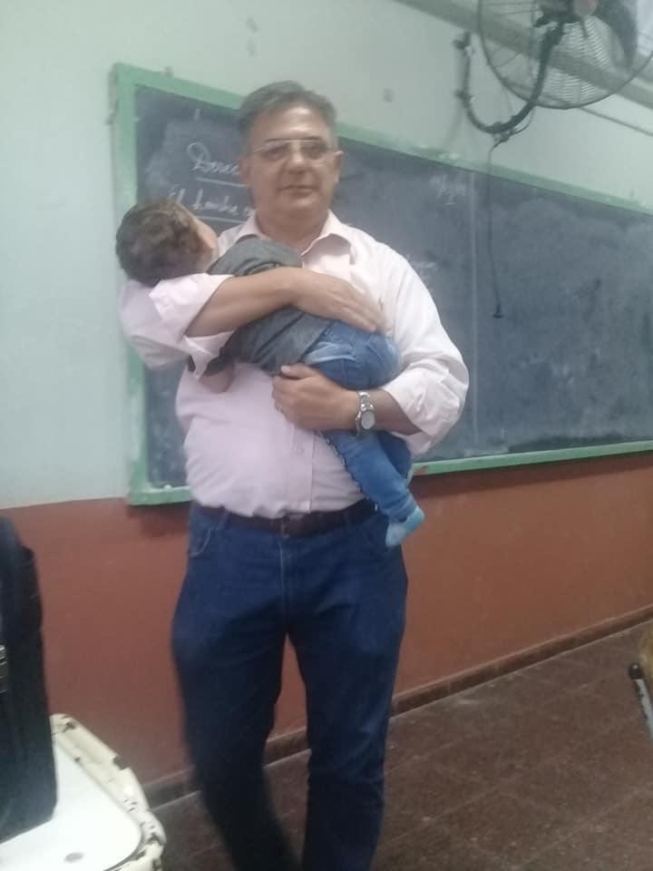 profesor argentina carga bebe viral