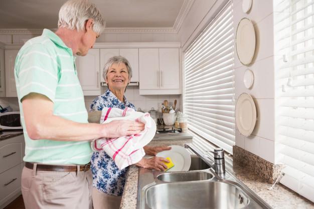 lavar platos en pareja