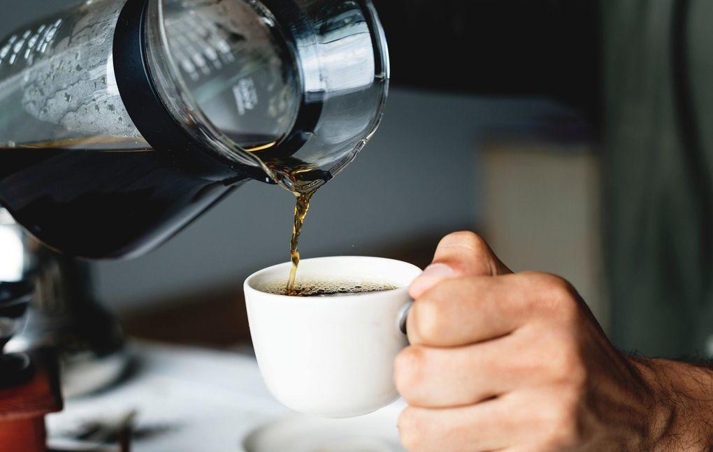 Tomar café o infusiones