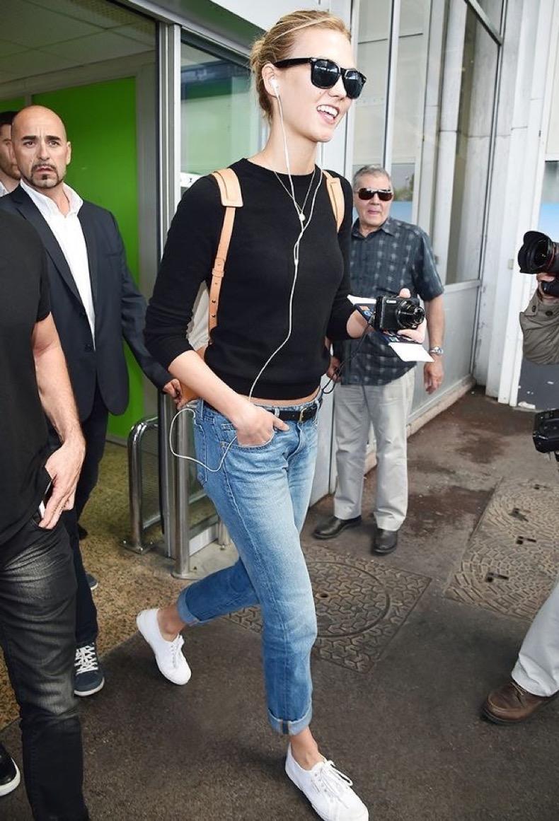 jeans con zapatillas blancas