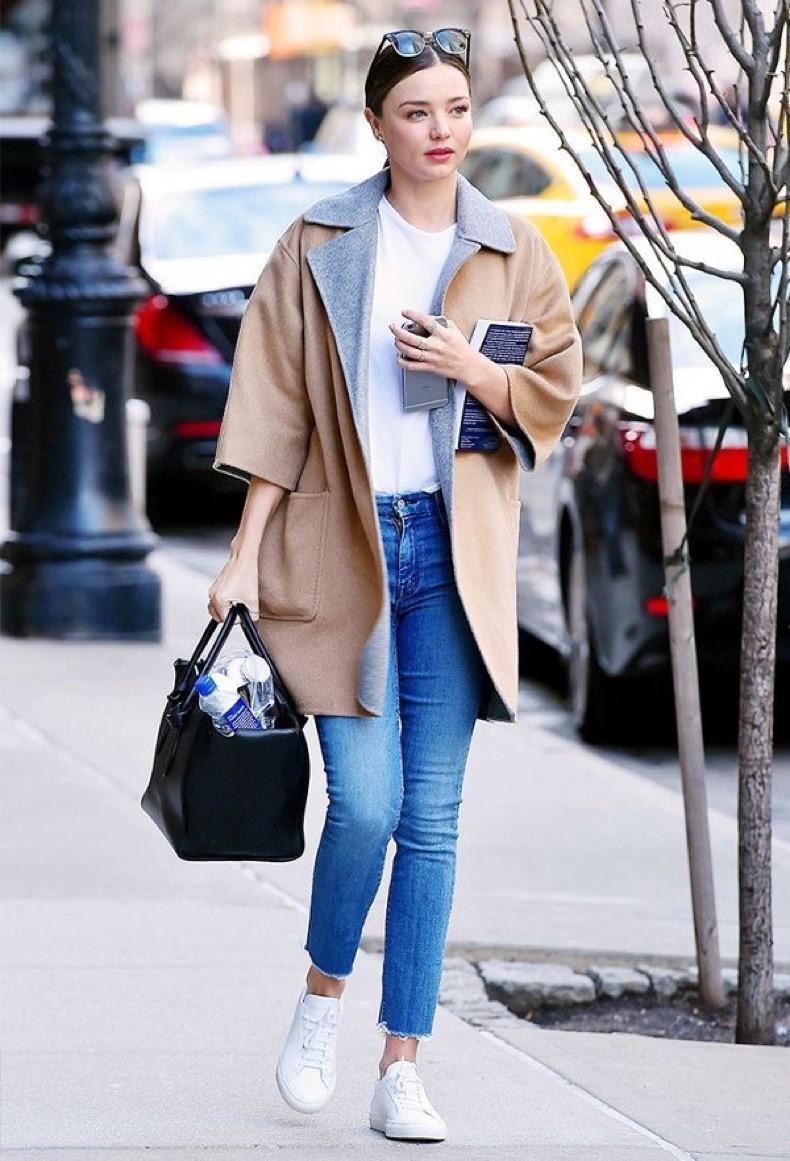 zapatillas blancas con jeans