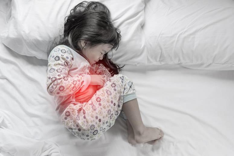 niña con dolor de estómago