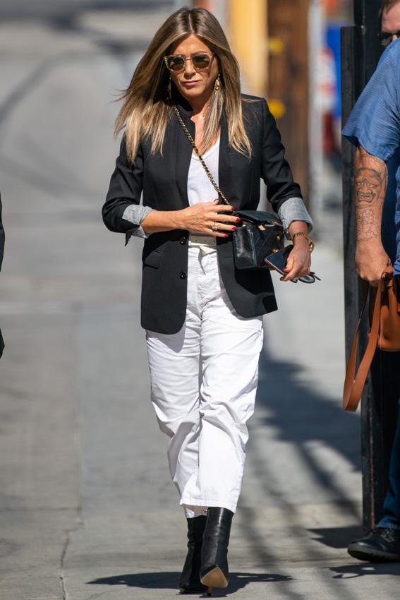 jennifer aniston outfit pantalones blancos