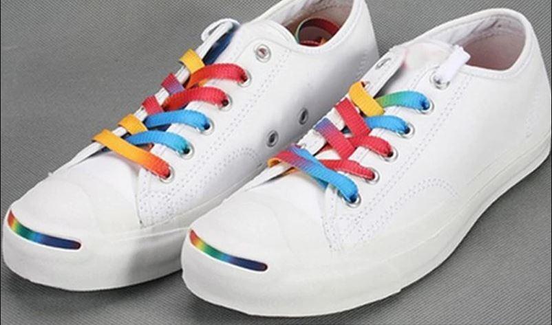 zapatillas blancas con pasadores de colores