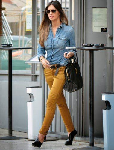 pantalón mostaza con camisa jean