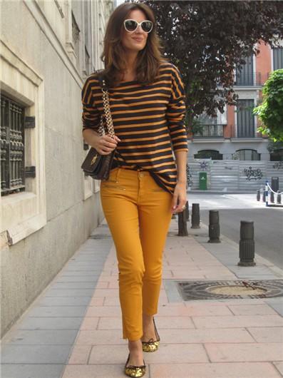 pantalón mostaza con camisa a rayas